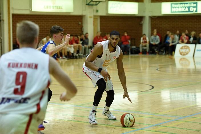 Ura Basketin Kraidon Woods palkittiin joukkueensa parhaana. Pisteitä 19, levypalloja 9. Kymmenestä kakkosesta 9 osui. Namikan Timka Jaakkola vartioi.