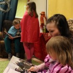 Jonna Dalen selasi 3-vuotiaan Matildan kanssa Harry Potter -kirjaa. Lukunurkassa oli Helmi ja Elsa Tuomisen vuoro lukea ääneen Viisasten kiveä.