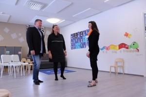 Hankintapäällikkö Kimmo Takkula, toimitusjohtaja Minna Takkula ja Verkavekaroiden päiväkodinjohtaja Tiia Ihalainen kehuvat Rakentajantielle avatun päiväkodin sijaintia ja hyviä liikuntamahdollisuuksia.
