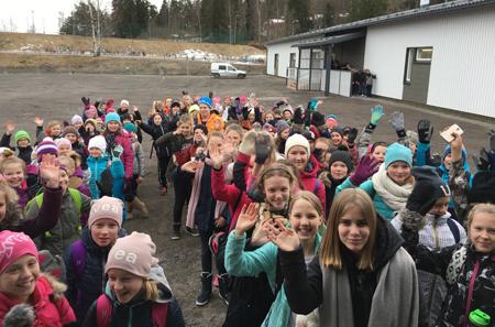 Valkeavuoren musiikkiluokkalaiset ensimmäistä kertaa odottamassa sisäänpääsyä uuteen E-rakennukseen. Kuva: Milka Jääskeläinen