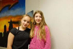 Selja Leiwo (vas.) ja Peppi-Noora Koski olivat Lasten Lystikkäissä järjestämässä temppuratoja ja muita paikkoja kuntoon pienemmille lapsille. He kuuluvat KaaPo:n D-tyttöihin.