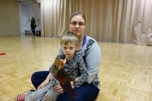 Elmeri, 4, pääsi kokeilemaan, miltä tuntuu leikkiä nukketeatterin varjonukella. Hän osallistui äitinsä Enni Rantasen kanssa Nukketeatteri Taiga-Maton työpajaan Vaparissa.