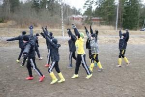 KaaPo Musta –joukkue on saanut valmentajan viime ohjeet ja tekee alkulämmittelyä ennen peliä.