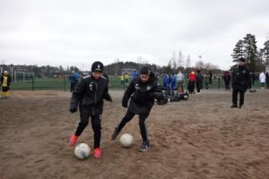 Jonathan Svenlin (vas.) ja Juuso Säkkinen näyttävät mallia pallon kuljetuksesta. Valmentaja Reima Murto seuraa taustalla.