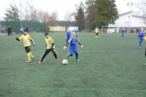 Keltamustassa asussa pelaava KaaPo otteli Rusko Pallon joukkuetta vastaan. Pallosta kamppaillaan tiukasti KaaPon puolustusalueella.