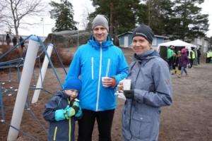 Minna ja Antti Säkkinen ovat Roopen, 5, kanssa seuraamassa poikansa Juuson peliä Valkeavuoren kentän laidalla. Vanhemmat ovat tyytyväisiä pojan hyvähenkiseen joukkueeseen.