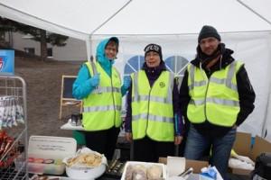 Triin Jäntsin (vas.), Päivi Forsmanin ja Hannu Klemolan hoitamasta puffetista sai ostaa suolaista tai makeaa välipalaa ja lämmintä juotavaa viileän lauantain mittaan.