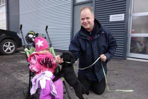 Mika Niemenmaa odotti Aanan, 3, ja Pepi-koiran kanssa perheen äitiä Annea, joka oli kaupan puolella haeskelemassa sopivia nukenvaatteita. Pepi on kahdeksanviikkoinen pentu, josta on tarkoitus myöhemmin kasvattaa huumekoira. Nyt koira sai totutella olemaan väkijoukossa, oppia olemaan pelkäämättä.