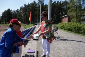 Sirkka Kataja (vas.) ja Marja-Liisa Tuominen antoivat leiman Anneli Skovbjergin suorituskorttiin. –Tunnistan kyllä kaikki kuvat, ehkä käyn yhdeksällä tai kymmenellä rastilla. Tämä on loistava idea, tällaista pitäisi järjestää enemmän, Skovbjerg toivoi.
