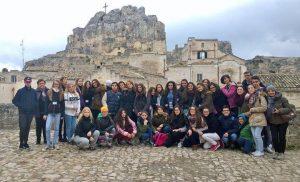 Eri maista kotoisin olevat nuoret majoittuivat italialaisten isäntäperheiden luona.
