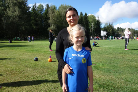 Minna Lehto oli seuraamassa tyttärensä Kiiran pelaamista. Kiiran sisko Mila pelasi samanaikaisesti omassa 10-vuotiaiden sarjassaan. –On tänä kesänä ollut jo monta muutakin peliä. Pelaaminen on kivaa yhdessä kavereiden kanssa, Kiira sanoo.