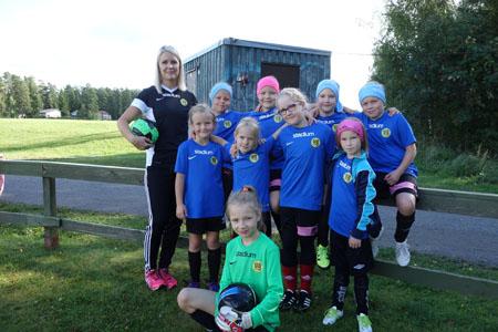 Naantalilaista VG-62 –seuraa edustavat tytöt olivat tulleet mukaan turnaukseen 2008 syntyneiden sarjassa. –Ajatus on, että kaikilla on hauskaa. Opitaan siinä myös vähän pelaamaan, toteaa valmentaja Riikka Vainio. Peliin valmistautuvat tytöt: takana vasemmalta Katariina Heinonen, Viivi Vainio, Kaisa Rantala ja Hilda Haapanen, keskellä vasemmalta Kiira Lehto, Nelli Laamo, Anni Helenius ja Tuuli Karstinen sekä edessä maalivahti Meri Akin.