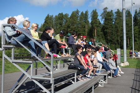 Katsojat nauttivat, kun aurinko pilkahti näkyviin nappulaturnauksen ensimmäisenä päivänä. Kenttien laidoilla oli järjestäjien arvion mukaan noin 650 vanhempaa seuraamassa lastensa pelaamista.