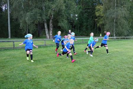 VG-62:n kahdeksanvuotiaat tytöt lämmittelevät ennen ottelua. Turnauspäivän aikana heillä oli luvassa neljä ottelua.