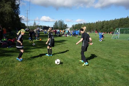 Etualalla pallottelevat Senni Salonen (vas.) ja Aamu Mokka kuuluvat FC Rauma –seuraan, ja he pelasivat 2007 syntyneissä. –Meillä on mukana kaksi joukkuetta tässä sarjassa. Jalkapallo soveltuu hyvin tytöille, määrittelee joukkueen valmentaja Johanna Koski.