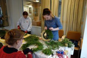 Floristi Sanna Lindroos (oik.) antoi Piikkiön Kuvataideyhdistyksen järjestämällä kurssilla neuvoja kranssien tekemiseen. Kuvassa ovat myös Johanna Viljanen ja Marke Laaksonen (selin).
