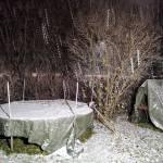 Risto Sjöroos otti kuvan Kesämäessä kello 6.40. Lumi peitti jo pressutkin.