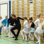 Omien tanssien kilpailun tuomari Lotta Hämäläinen (keskellä) toimi yhtenä työpajojen opettajista.